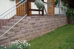 Treppe mit Steinmauer und Geländer