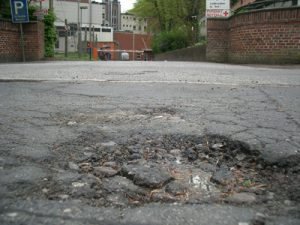 Straßenschäden im Asphalt